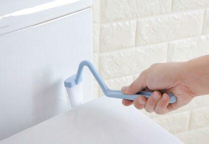 Toalettborste med vinkel för att komma åt under kanten